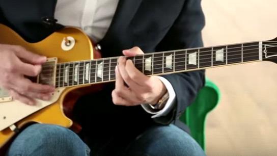 блюзовая постановка рук во время игры на гитаре
