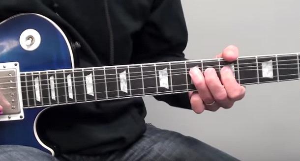 подтяжка струн на гитаре