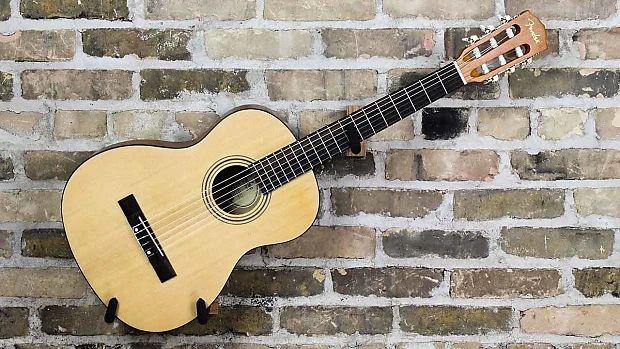 Лучшие акустические гитары, стоимость которых не превышает 15 тысяч рублей